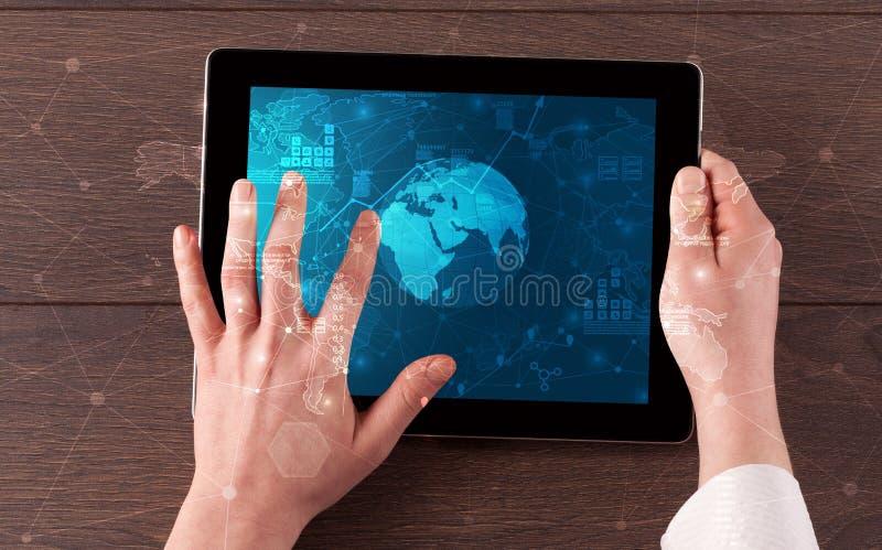 Ändrar den hållande minnestavlan för handen med globala rapporter och aktiemarknaden begrepp fotografering för bildbyråer
