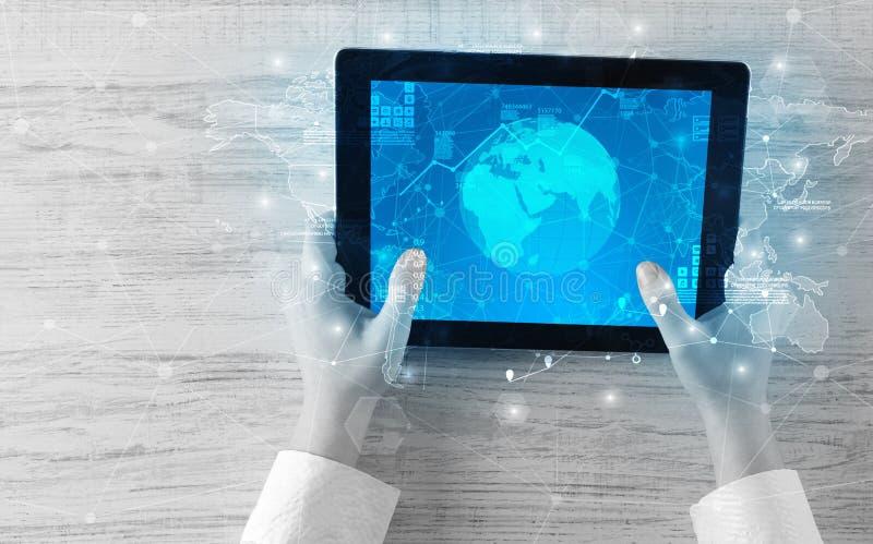Ändrar den hållande minnestavlan för handen med globala rapporter och aktiemarknaden begrepp royaltyfri bild