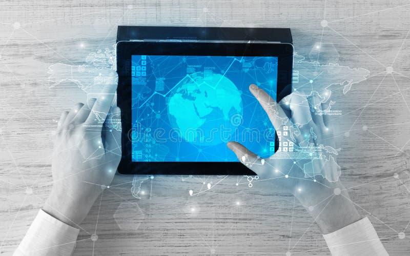 Ändrar den hållande minnestavlan för handen med globala rapporter och aktiemarknaden begrepp arkivfoto