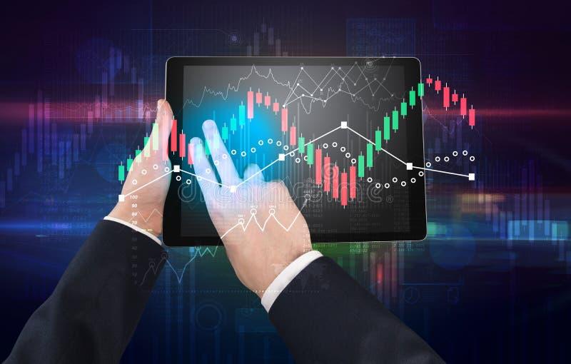 Ändrar den hållande minnestavlan för handen med globala rapporter och aktiemarknaden begrepp arkivbilder