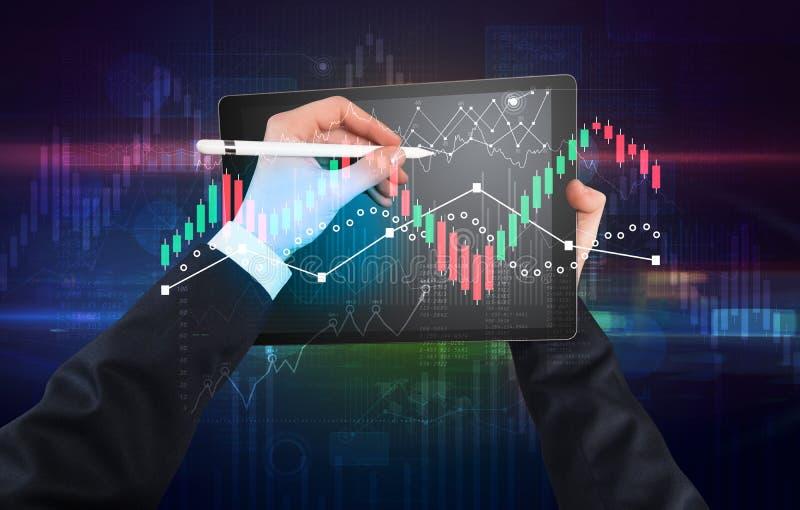 Ändrar den hållande minnestavlan för handen med globala rapporter och aktiemarknaden begrepp arkivbild