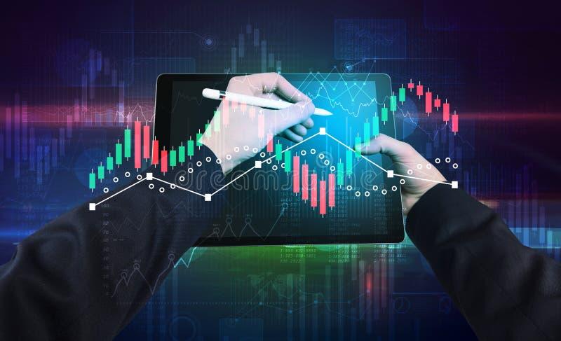 Ändrar den hållande minnestavlan för handen med globala rapporter och aktiemarknaden begrepp royaltyfri foto