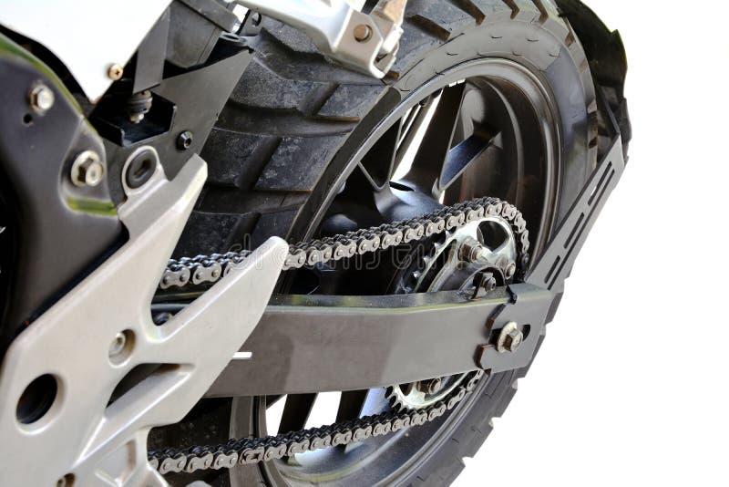 Ändrar det övre hjulet för slutet av den stora cykelmotorcykeln på vit backgroun arkivfoto