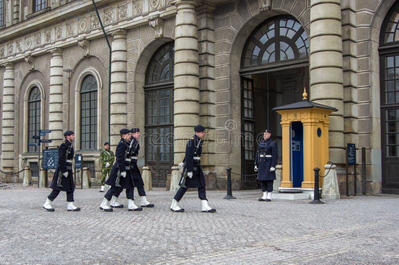 Ändring av vakten nära Royal Palace Dagligt finns det en högtidlig ändring av vakten royaltyfria foton