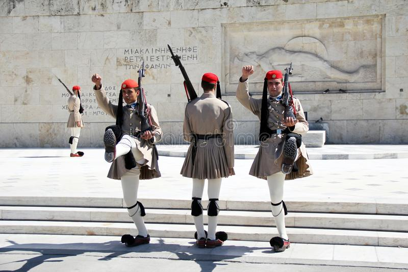 Ändring av vakten på monumentet till den okända soldaten i Aten arkivfoton