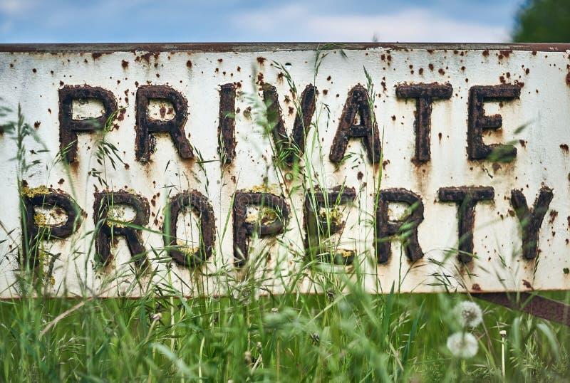 Äng för tecken för privat egenskap för tappning på våren close upp arkivbild