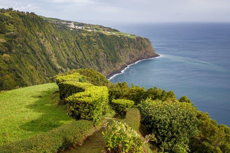 Ängar nära havet San Miguel Azores Att gå släpar havet arkivfoton