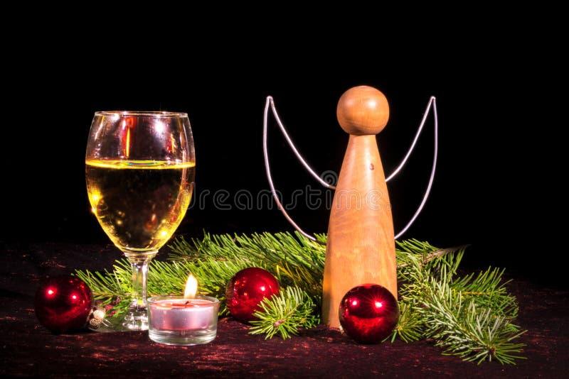 Ängel av trä- och vinexponeringsglas arkivfoto