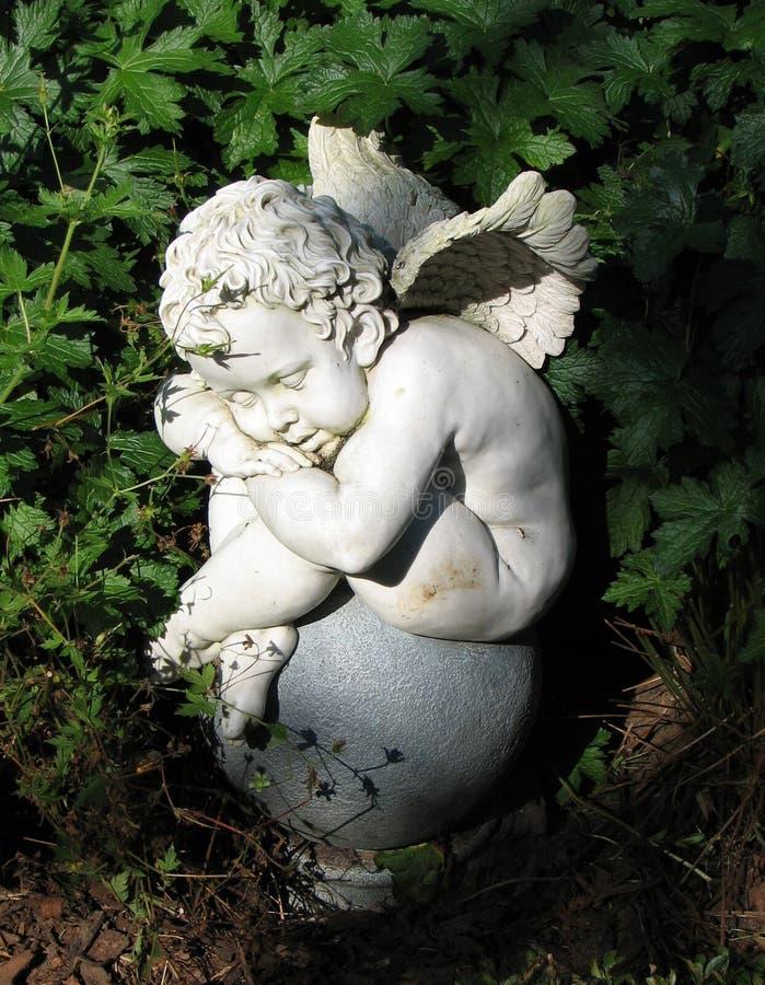 ängel little som sovar royaltyfri foto