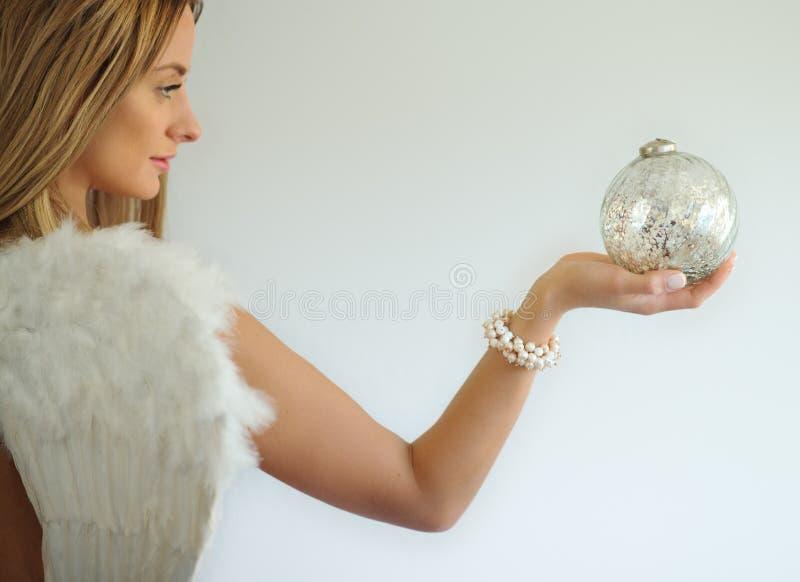 Ängel med den dekorativa bollen i hand royaltyfri bild