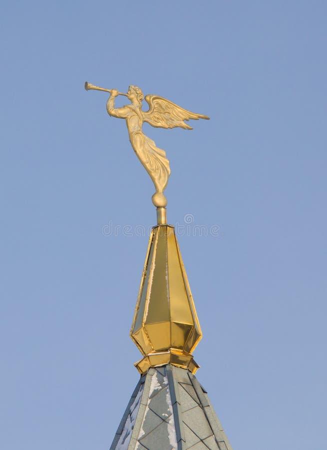 Ängel med en trumpet Garneringen på tornspiran Archistrategos Mikhail kyrka i Novosibirsk arkivbild