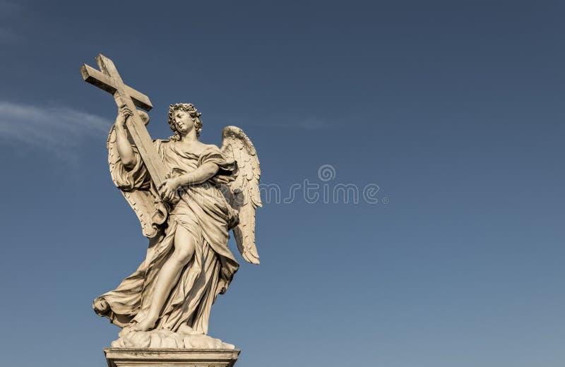 Ängel med korset på Ponten Sant Angelo Rome Italy royaltyfri bild