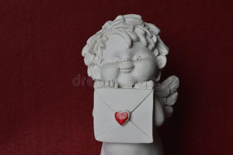 Ängel med kuvertet och röd hjärta royaltyfria foton