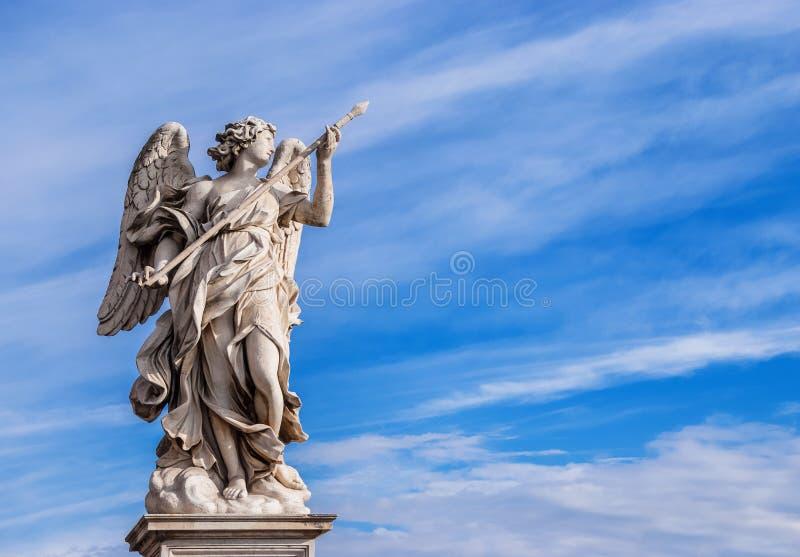 Ängel med lancen i himlen fotografering för bildbyråer
