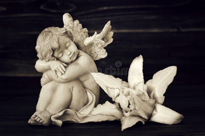 Ängel och liljablomma royaltyfri bild