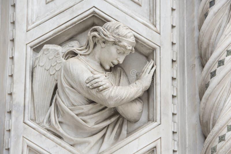 Ängel på marmorfasad av domkyrkan Florence royaltyfria bilder