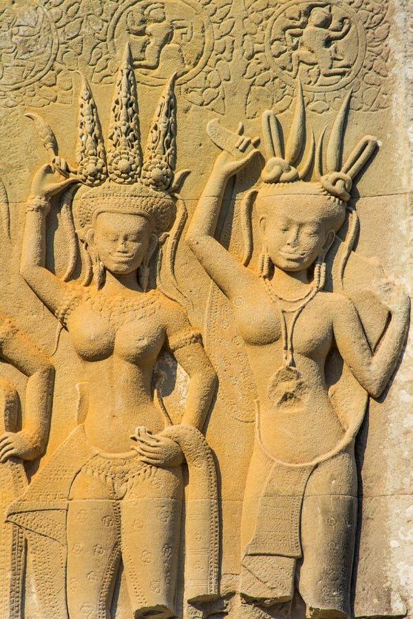 Ängelskulpturen på väggen av den anciient en khmer arkivfoto