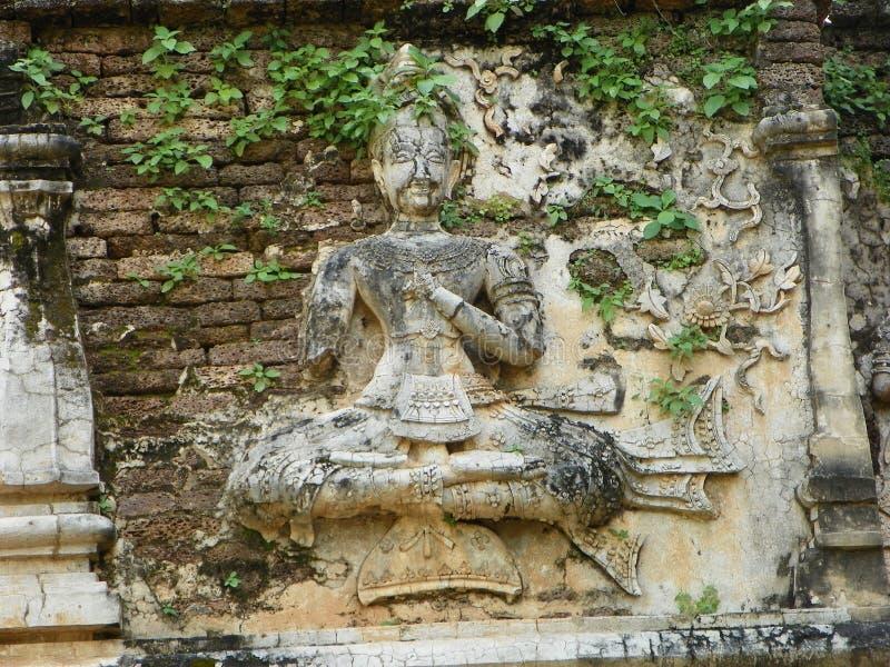 Ängelstaty på en pagod royaltyfri fotografi