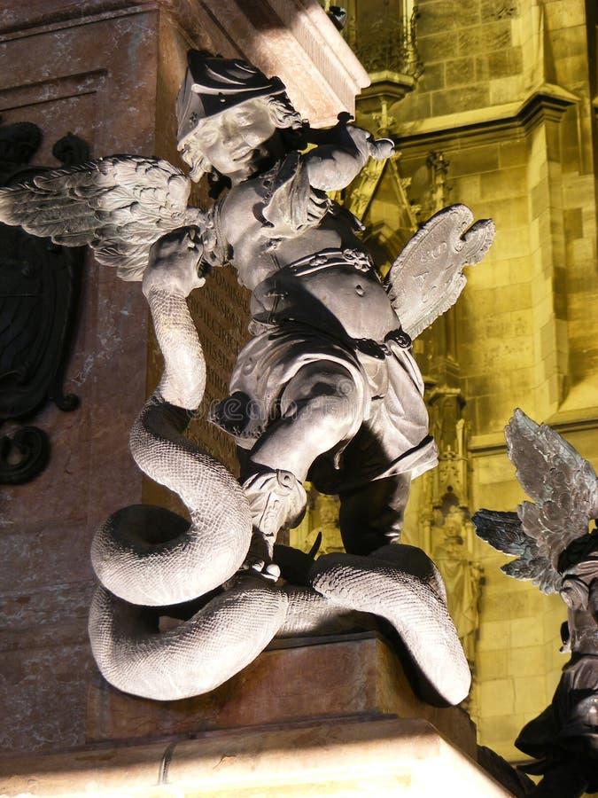 Ängelstaty på en springbrunn i munich arkivbild