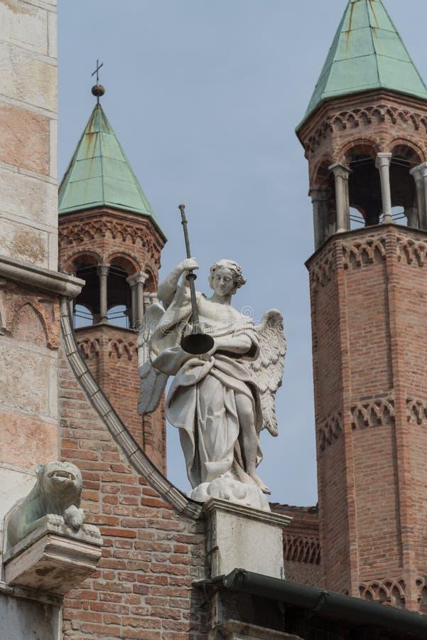 Ängelstaty på fasaden av den Cremona domkyrkan, Italien arkivbilder