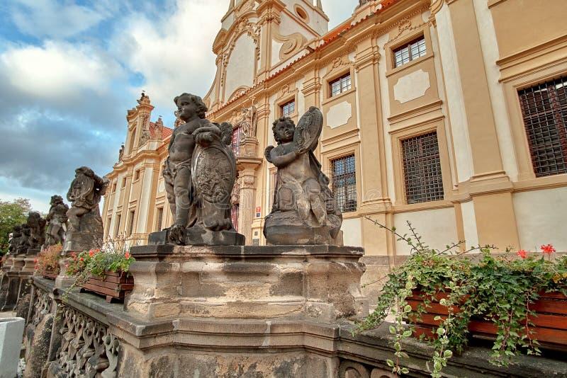 Ängelstatyer på den Loreto Prague Loreta Praha kyrkakloster vallfärdar i Prague, Tjeckien royaltyfri fotografi