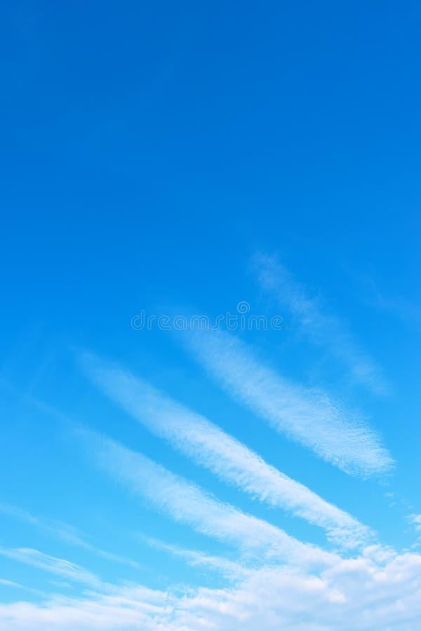 Ängelvinge - blå himmel med fenomenala vita moln arkivbild