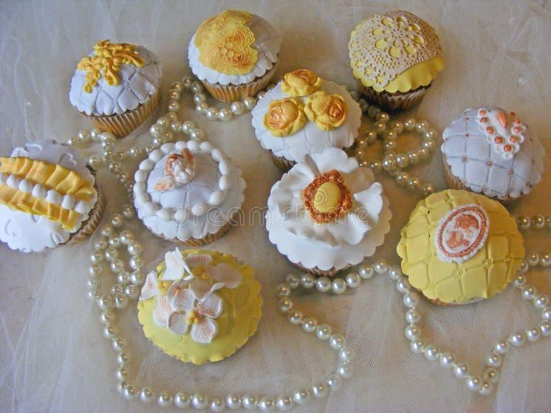 Änglar för bröllopcupcakeswithfondant, rosor, camea, blommor och smyckenpärlor arkivfoton