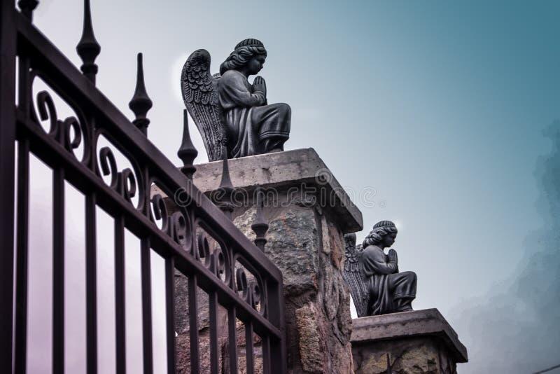 Änglar på ingången till katolska kyrkan Kamenskoe Ukraina royaltyfri bild