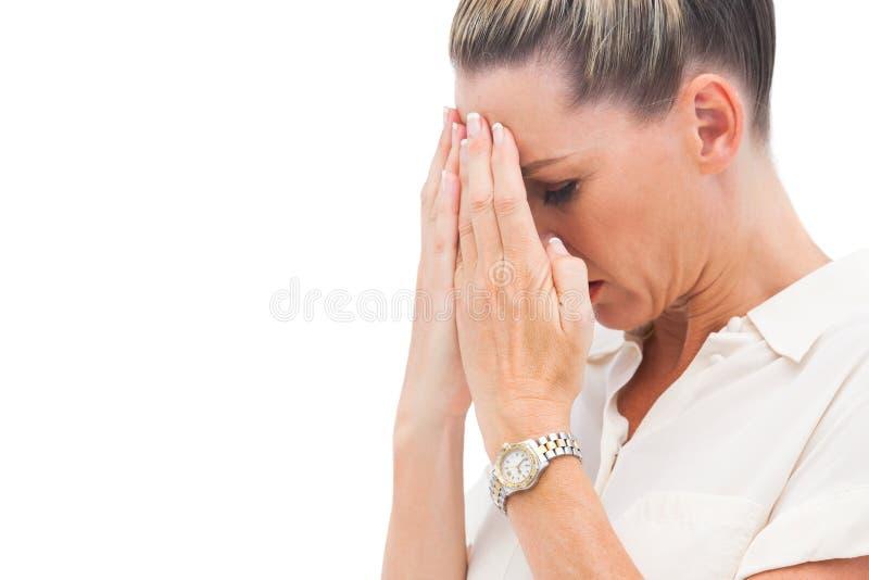 Ängstlichgeschäftsfrau mit den Händen auf Kopf lizenzfreies stockfoto
