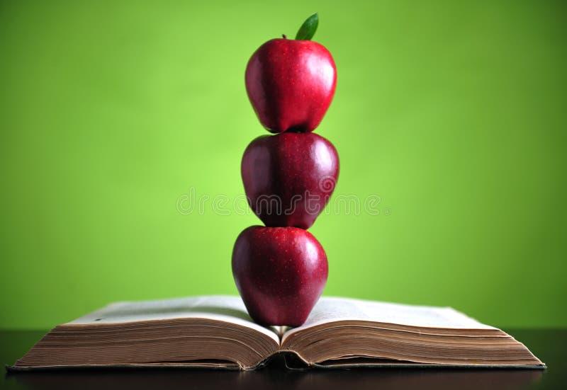 Äpfel auf Buch lizenzfreies stockfoto