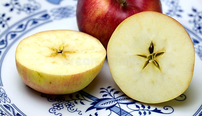 Äpfel auf der Platte stockbild