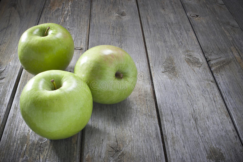 Äpfel auf hölzernem Hintergrund lizenzfreie stockfotografie