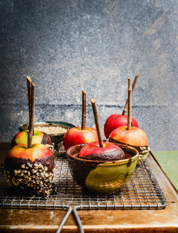 Äpfel bedeckt mit geschmolzener Schokolade und Mandel lizenzfreies stockbild
