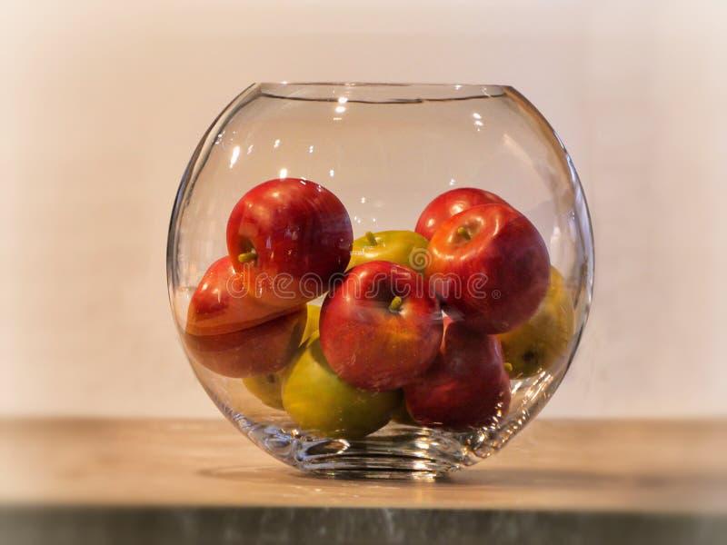 Äpfel in der Glasschüssel auf rustikalem Hintergrund stockbild