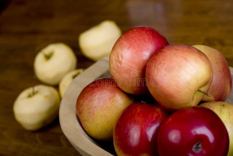 Äpfel in der hölzernen Wanne lizenzfreie stockfotos