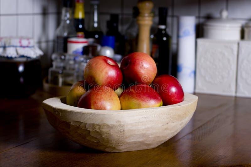 Äpfel in der hölzernen Wanne lizenzfreies stockfoto