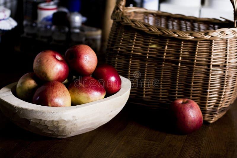 Äpfel in der hölzernen Wanne lizenzfreie stockbilder
