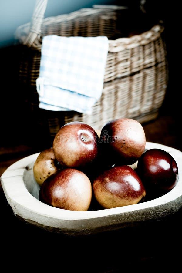 Äpfel in der hölzernen Wanne lizenzfreies stockbild