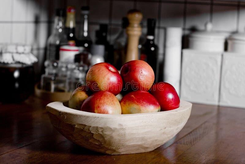 Äpfel in der hölzernen Wanne stockfotografie