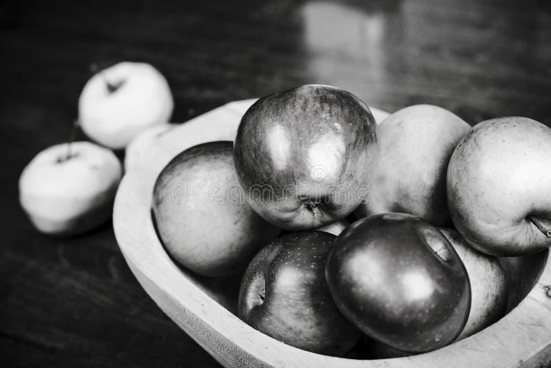 Äpfel in der hölzernen Wanne stockfoto