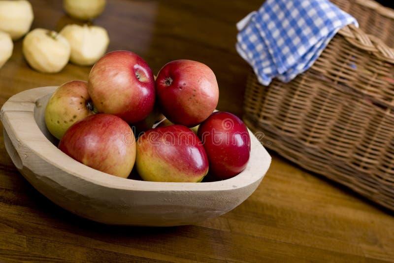 Äpfel in der hölzernen Wanne stockfotos