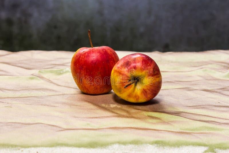 Äpfel des Stilllebens zwei lizenzfreies stockfoto