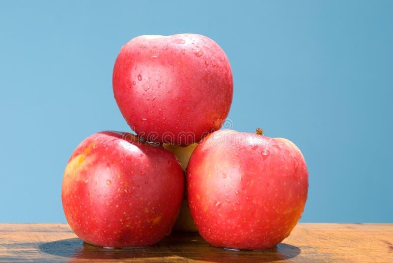 Äpfel mit rosafarbener Farbe stockbild