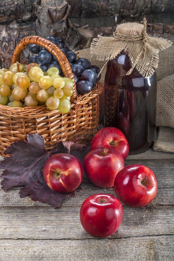 Äpfel, Trauben und Saft lizenzfreie stockfotos