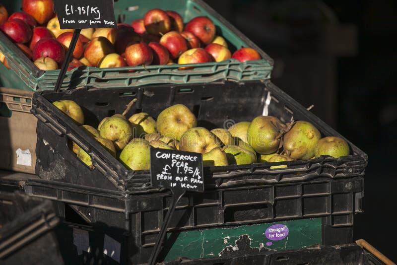 Äpfel und Birnen in den Weidenkörben auf dem Stadtmarkt lizenzfreies stockbild
