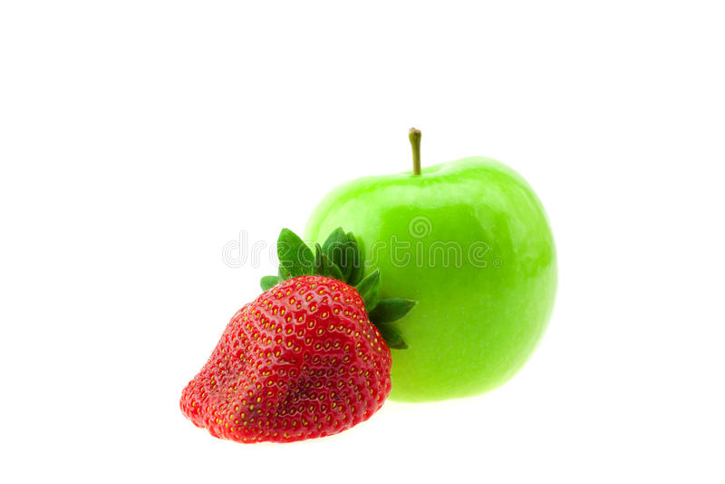 Äpfel und Erdbeeren getrennt auf Weiß stockfotografie