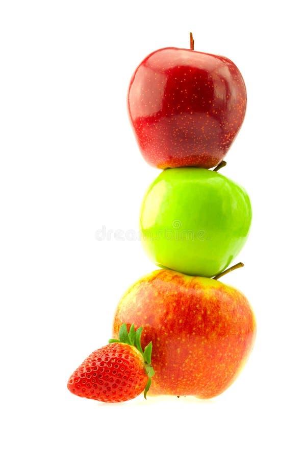 Äpfel und Erdbeeren getrennt auf Weiß stockfoto
