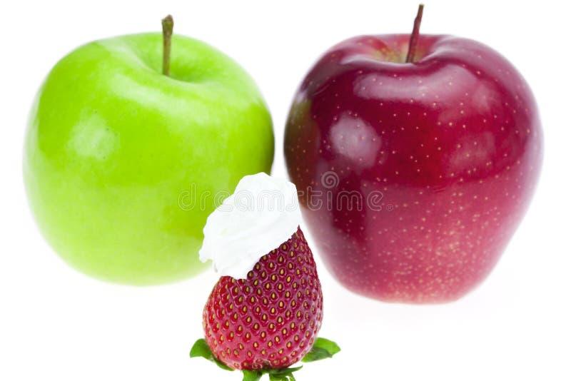 Äpfel und Erdbeeren mit gepeitschtem Sahneisolat stockfoto