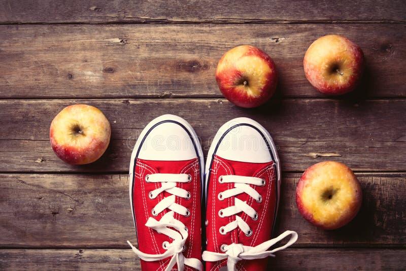 Äpfel und Gummiüberschuhe lizenzfreies stockbild