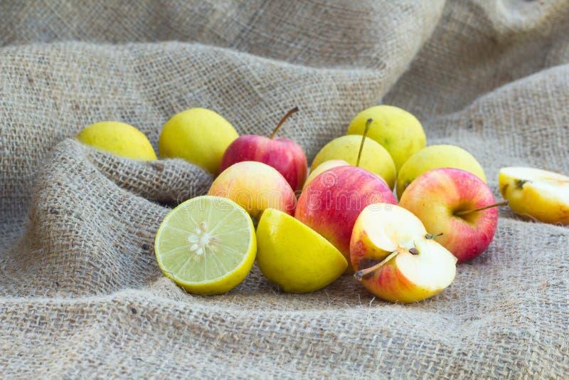 Äpfel und lemom Kalk stockbilder